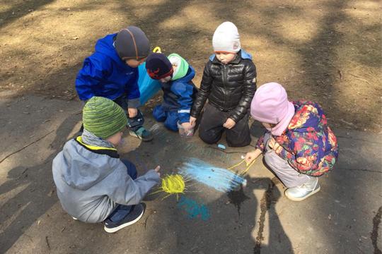 Дети рисуют мелом на асфальте