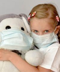 Девочка в защитной маске